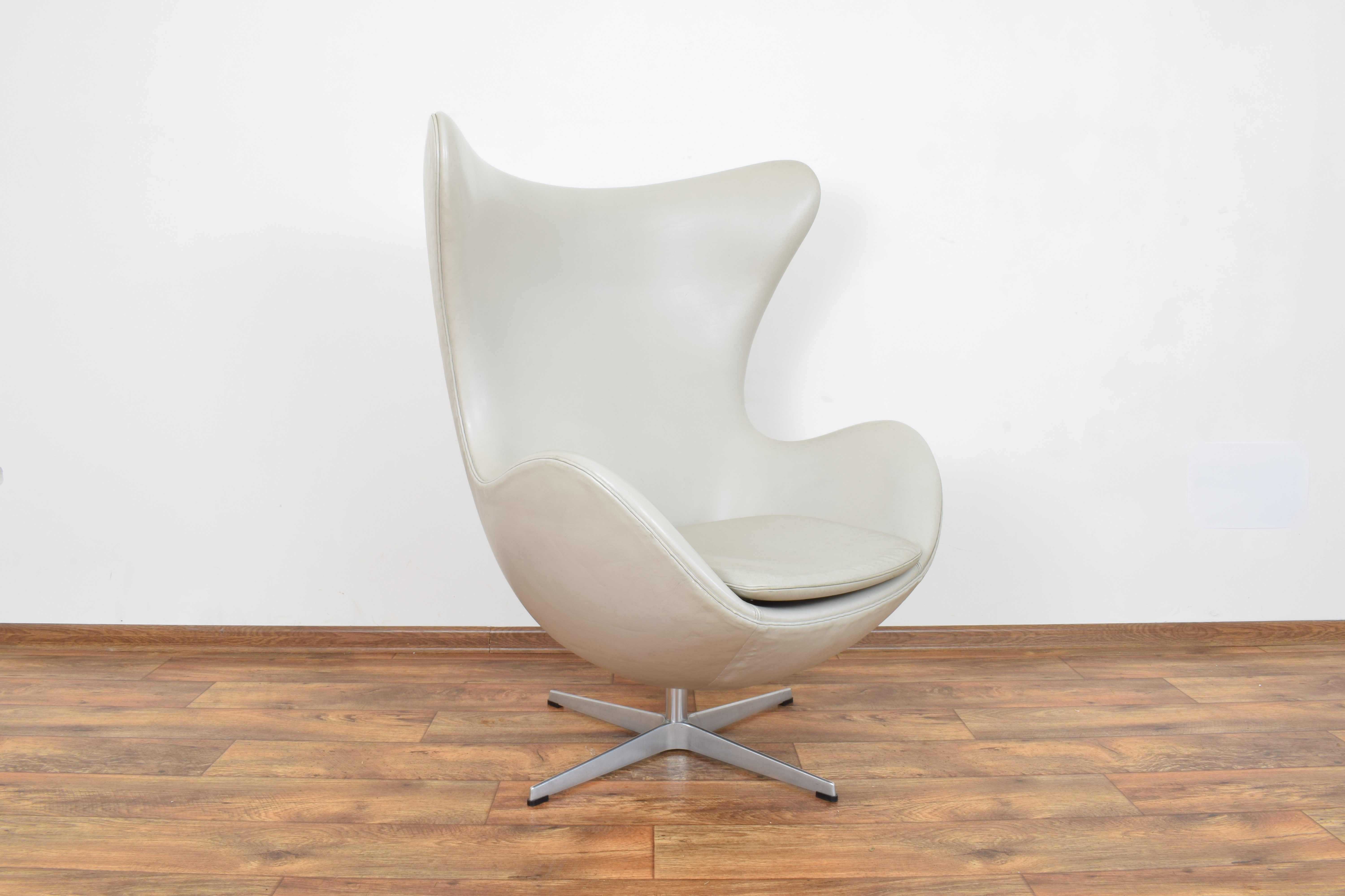 Mid Century Leather Egg Chair By Arne Jacobsen For Fritz Hansen Arne Jacobsen Fritz Hansen Vinterior