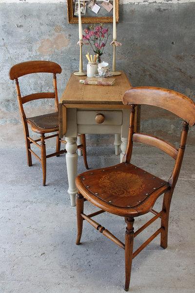 Attractive Pair Of Vintage Elm Chairs With Fleur De Lys Seats
